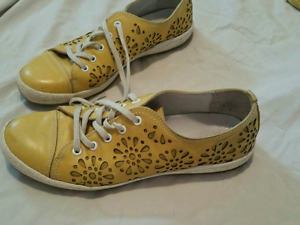 Woman's yellow floral design shoes
