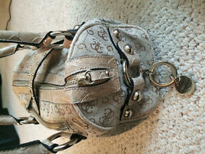 Selling Brand new, never used GUESS brand medium sized purse. West Island Greater Montréal image 3