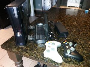Xbox 360 hacker complète avec 2 manettes, un socle et 17 jeux