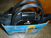 OLAY GIFT BAG 15$  NEW , never opened .  Reveal youar best beaut