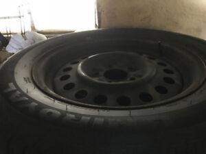 4 pneus été P225-60r16 monté sur roues chrysler 114.3x5