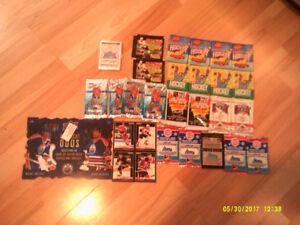23 paquets de cartes de hockey, affiches et gommes des années 90