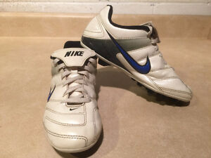 Youth Nike Outdoor Soccer Cleats Size 2 London Ontario image 6