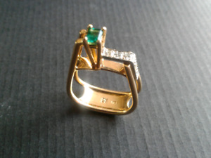Emerald and Diamond's 18 kt gold ring