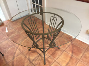 Round glass table / Table ronde en verre