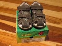 2 paires de sandales neuves - gars - grandeur 5 et 6