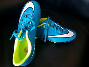 7.5 women Nike soccer cleats