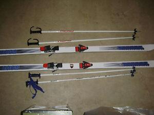 Head ski poles and men's Salomon K2 downhill skis.