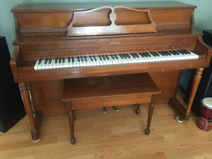 Piano apartment sized great condition