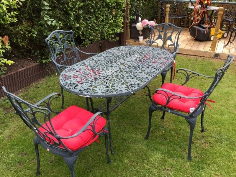 Attrayant Garden Table And Chairs