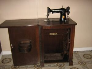 SEWING MACHINE   SINGER IN SOLID WOOD CABINET