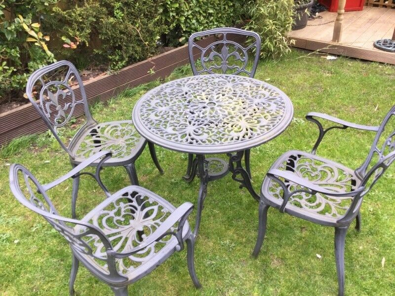 Incroyable Garden Table And Chairs Odd Bit Off Paint Missing
