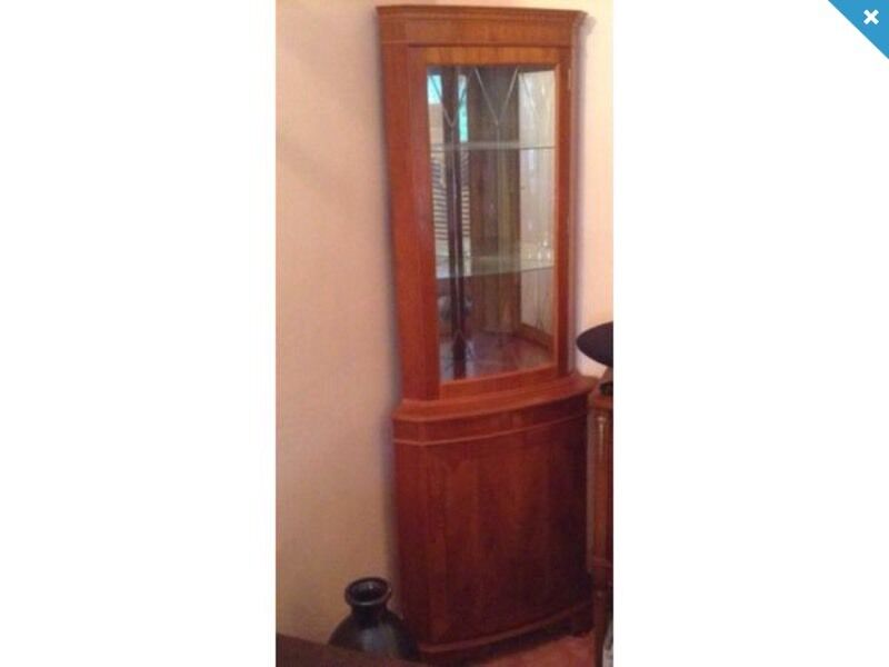 Merveilleux REPRODUCTION YEW WOOD GLASS CORNER DISPLAY CABINET. CUPBOARD