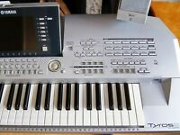 Tyros 2 with speakers stand excellent condition