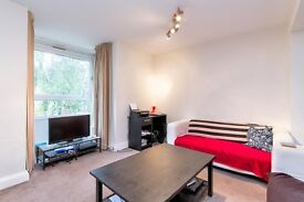 **QUEEN SIZE BED WITH PRIVATE BATHROOM AVAILABLE 1ST DEC IN ZONE 2, BEHIND CLAPHAM JUNCTION**