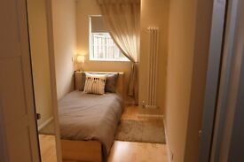 SINGLE ROOM to rent in a large house