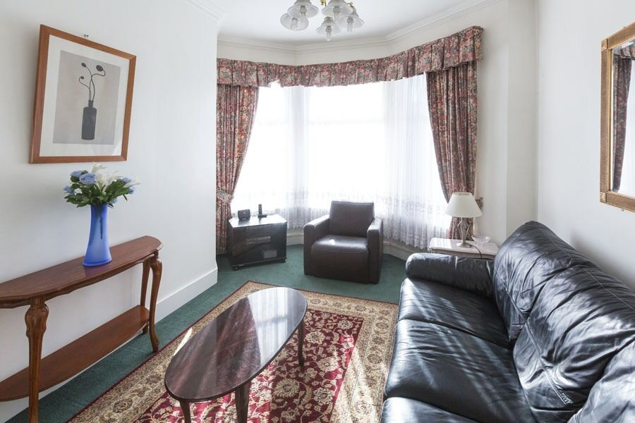FANTASTIC SINGLE ROOM IN GREAT CONDITION MINUTES FROM TURNPIKE LANE AND MANOR HOUSE TUBE STATIONS