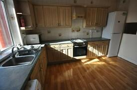 2 bedroom flat in Brudenell Grove, Hyde Park, Leeds LS6 1HR