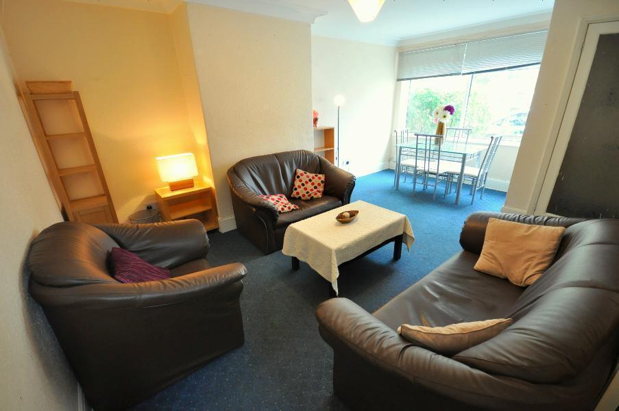 3 bedrooms in Hessle Walk, Hyde Park, Leeds LS6 1EJ