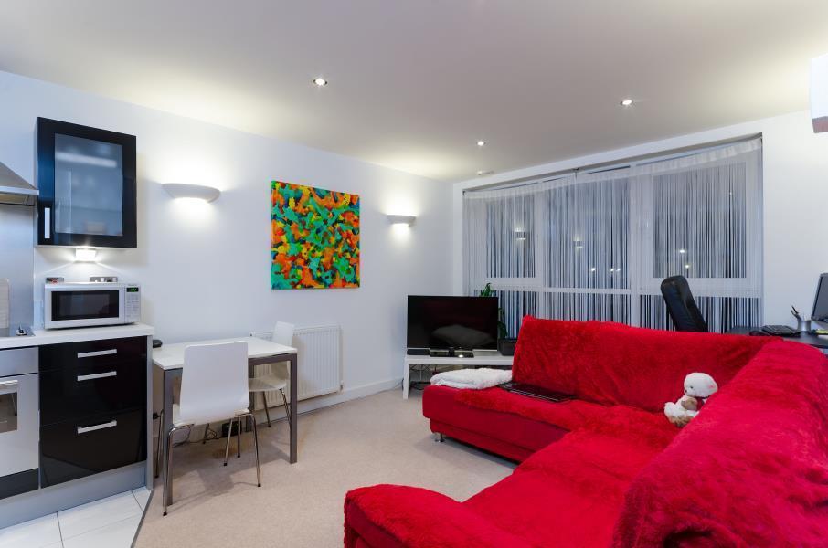 1 bedroom flat in Adriatic Apartments, Royal Docks, E16