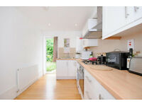 ABSOLUTELY GORGEOUS 2 BEDROOM FLAT IN SHEPHERD'S BUSH ! *AVAILABLE FROM 04/11*
