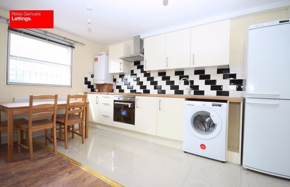 AVAILABLE 6th SEPTEMBER- 4 DOUBLE BEDROOM OFFERED FURNISHED WITH A GARDEN VERY CLOSE TO DLR E14