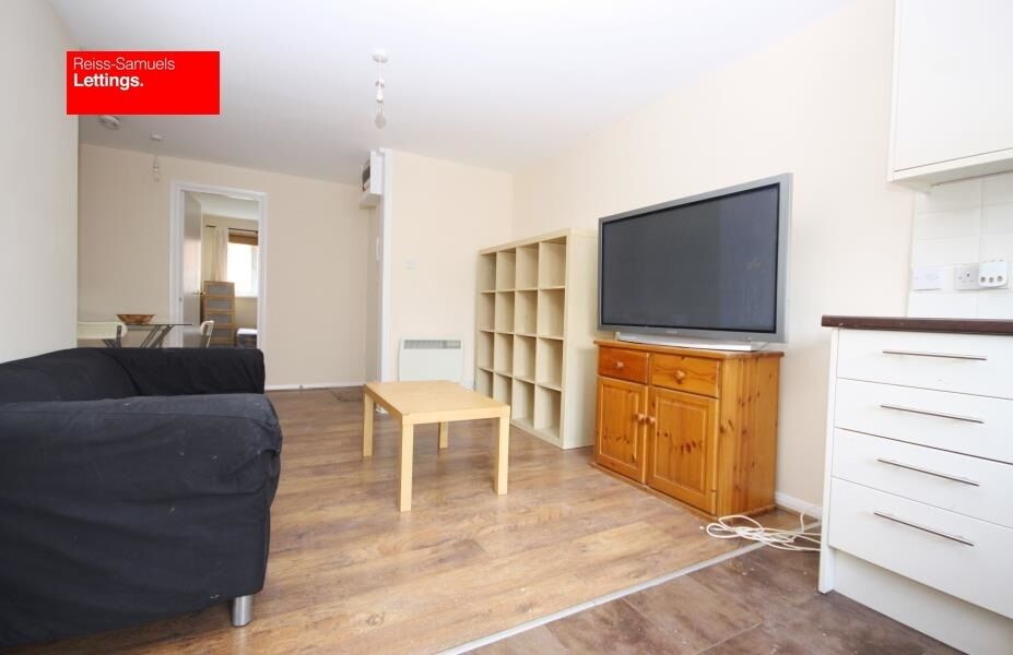 CLCIK HERE CALLING ALL STUDENTS-3 BED 2 BATH FLAT AVAILABLE SEPTEMBER OFFERED FURNISHED