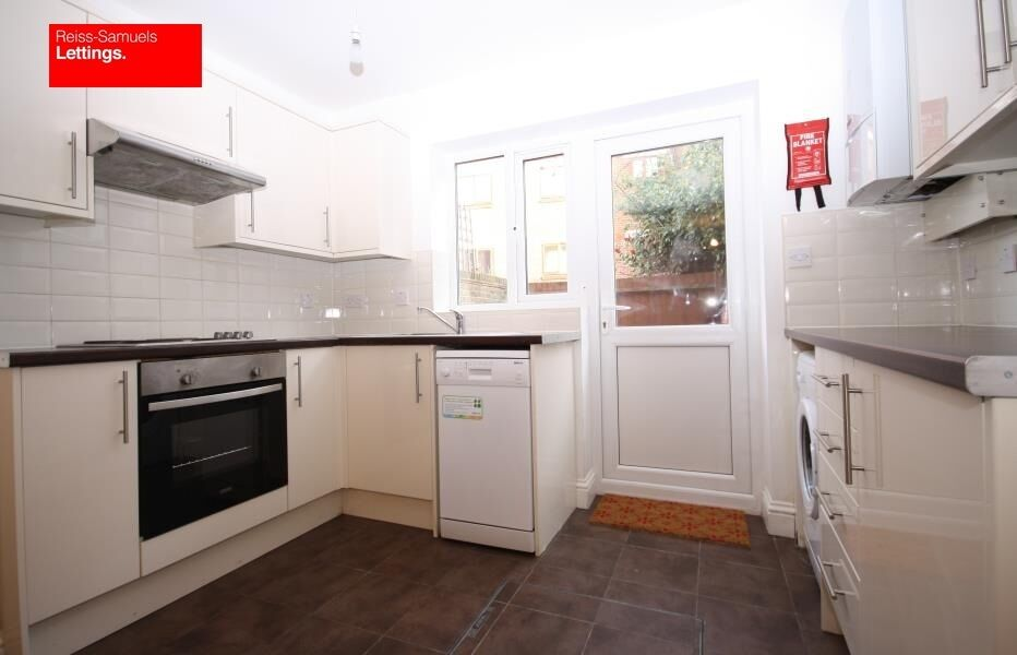 CALLING ALL STUDENTS 5 BEDROOM 3 BATHROOM TOWNHOUSE LOCATED WALKING DISTANCE TO GREENWICH UNI E14