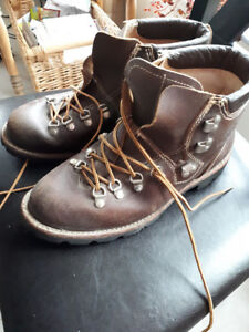 MEN'S LEATHER HIKING BOOTS - BARELY WORN size 9.5