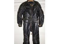 CLASSIC HEAVY DUTY 2-PIECE BLACK BIKE LEATHERS Mint Condition. Size Med/Large