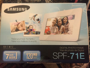 "Samsung digital photo frame - pink - 7"". New."
