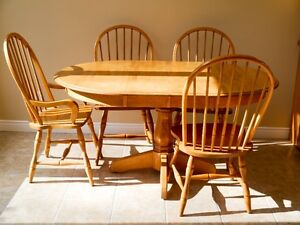 NEW PRICE -Dining/Kitchen Solid Wood Extendable Table + 6 chairs