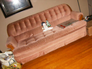 COMFORTABLE  CHAiR + MATCHiNG  COUCH-*50-$)--TO-DAY