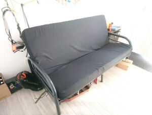 Grand futon confortable, solide et pratique.