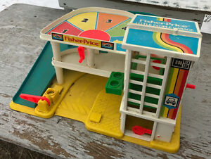 VINTAGE FISHER PRICE LITTLE PEOPLE GARAGE PLAY SET