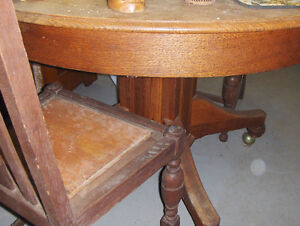 Round Oak Table & Chairs *REDUCED to $225.00*