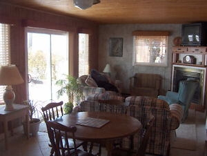 LAKEFRONT COTTAGE AT POINT PELEE IN LEAMINGTON