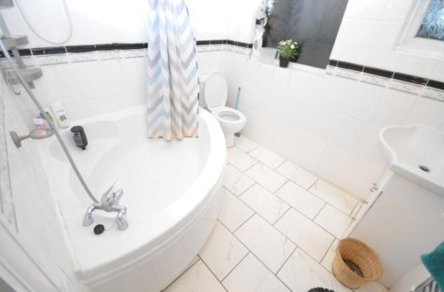 Commuters Dream 4 BEDROOM HOUSE IN NEWBURY PARK £2200