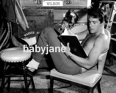 030 VAN WILLIAMS BARECHESTED CANDID ON SET READING SCRIPT PHOTO