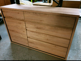 A new stylish oak effect finish 5 drawer 1 door sideboard.