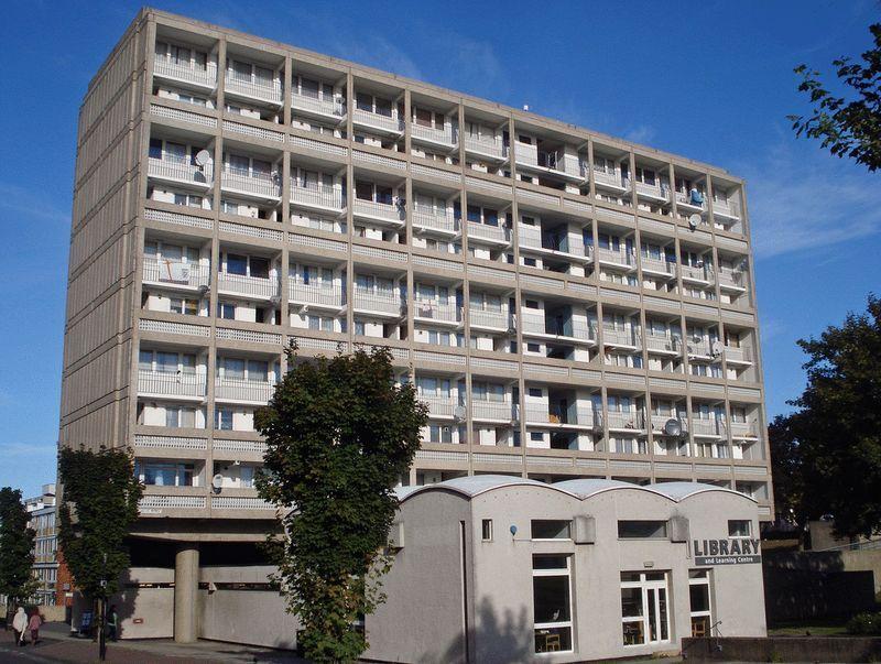 3 bedroom flat in Danebury Avenue, Roehampton, SW1