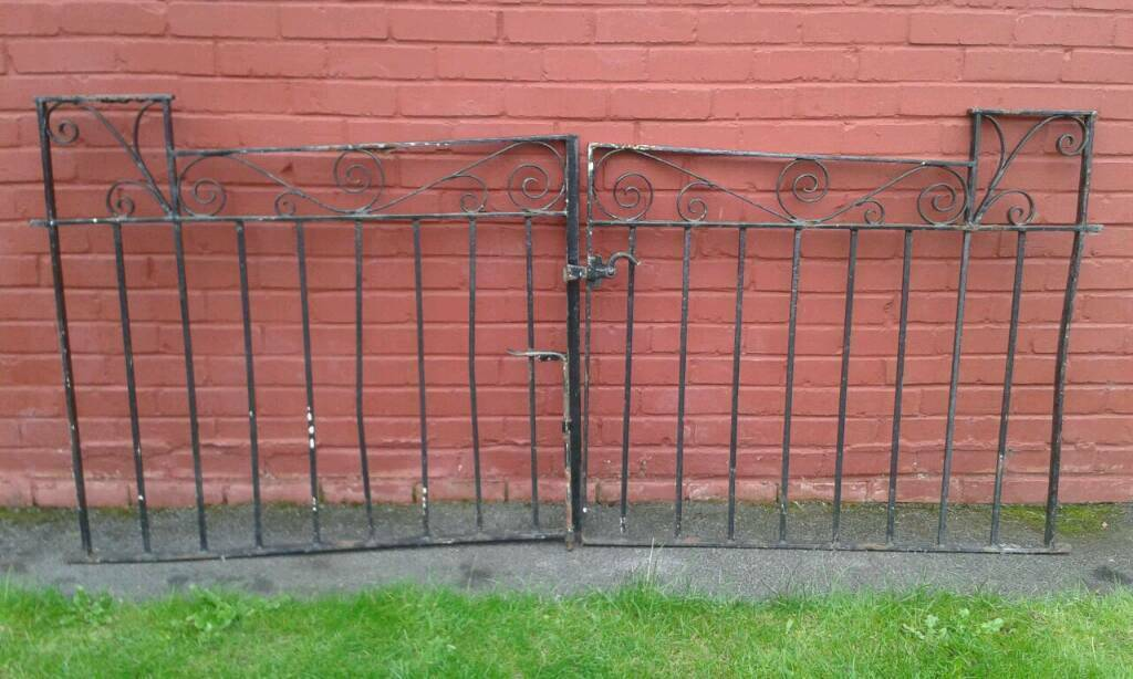 Pair of drive gates
