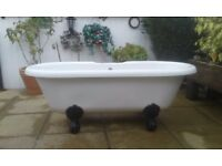 Freestanding roll top bath with cast-iron ball and claw feet