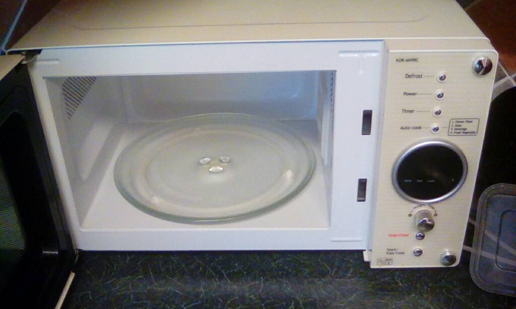 Daewoo KOR6N9RC Microwave retro style in cream. excellent condition