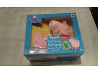 PEPPA GOES TO THE LIBRARY BOOK AND PUPPET GIFT SET