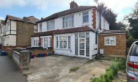2 bedroom flat in Sunnycroft Road, Hounslow, TW3