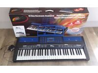 61 KEYS POWER PLAY CAN RECORD AND PLAY KEYBOARD 2 X POWER ADAPTERS SUPPLIED & BATTERY OPERATED.