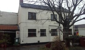 Double room available in proffesional house share, knottingley.