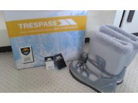 Trespass Grey/Silver Fleece Lined Snow Boots Size 4. Immac cond as only worn a few times & outgrown
