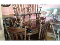 SOLID WOOD EXTENDING TABLE WITH 2 LEAFS 6 CHAIRS 2 OF WHICH ARE CARVERS £90.00